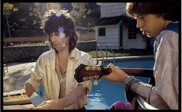 Keith_and_Mick_by_pool_Nellcote.jpg